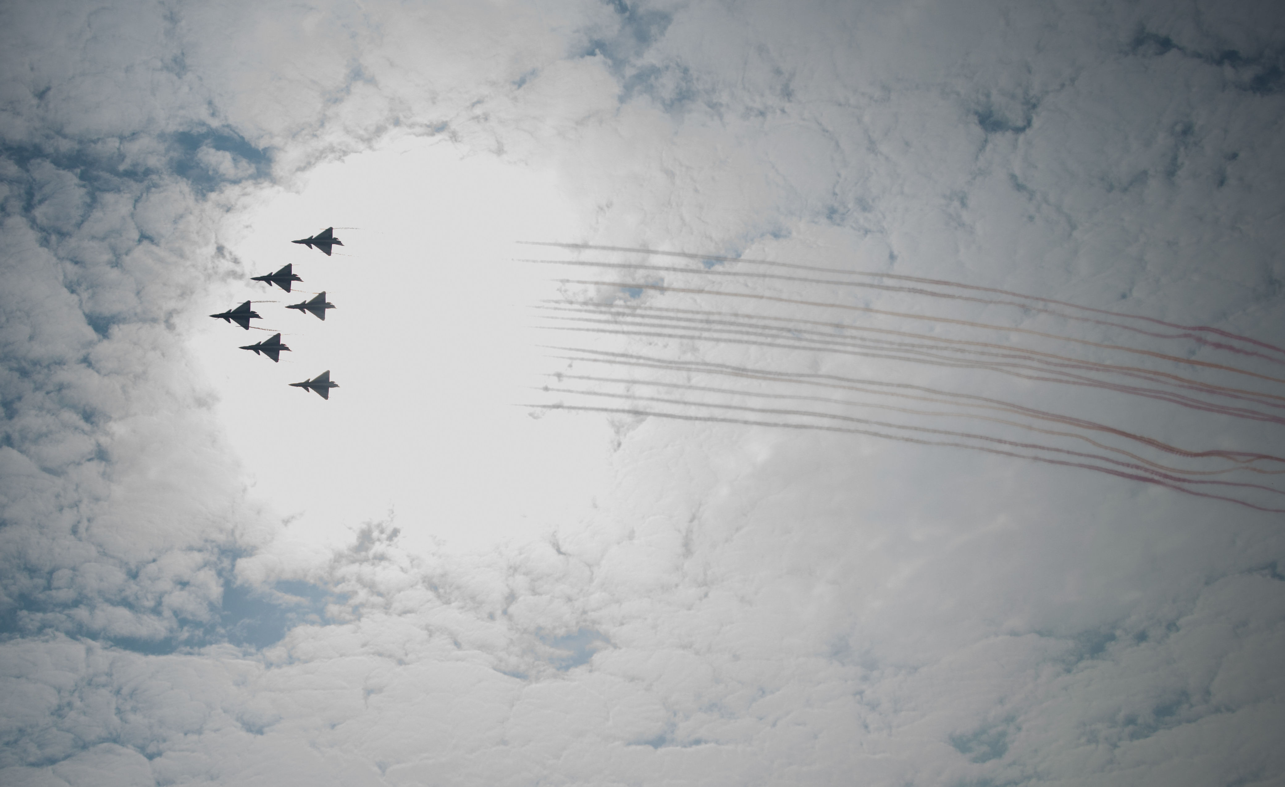 Caças J-10 da Força Aérea do Exército de Libertação Popular da China no show aéreo em Zhuhai, China, 2014 (foto de arquivo)
