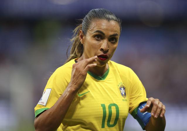 A jogadora da seleção brasileira, Marta, gesticula durante partida das oitavas de final da Copa do Mundo feminina contra a França. O Brasil perdeu o jogo e foi eliminado por 2x1. Marta deixa a competição como maior artilheira da história das Copas.