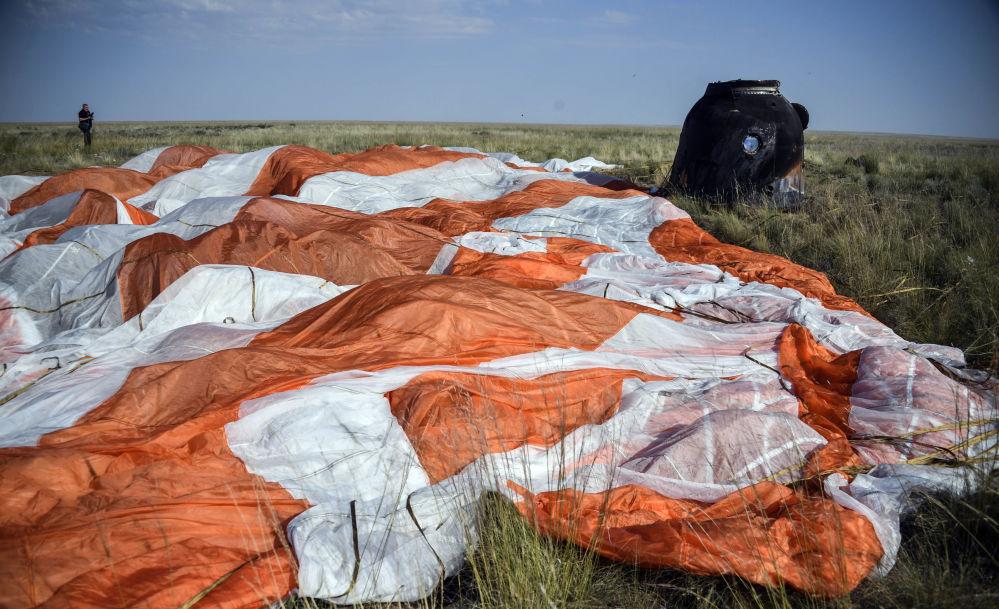 Cápsula de retorno da nave espacial tripulada Soyuz MS-11 depois do pouso perto da cidade de Zhezkazgan, no Cazaquistão
