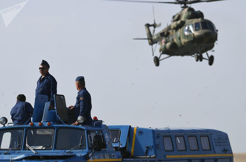 Funcionários da Corporação Estatal de Atividades Espaciais Roscosmos aguardam o pouso da cápsula de retorno da nave espacial tripulada Soyuz MS-11