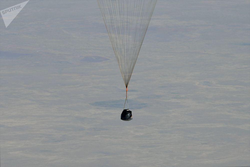 Cápsula de retorno da nave espacial tripulada Soyuz MS-11 com a equipe internacional da Expedição 59 durante o pouso perto da cidade de Zhezkazgan, no Cazaquistão