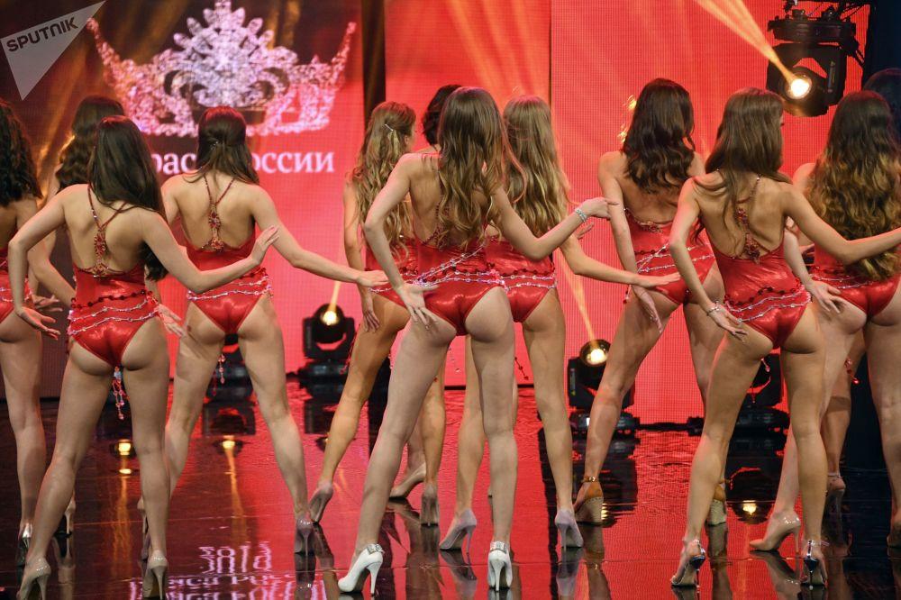 Finalistas do concurso Beleza Russa 2019 durante desfile de biquíni
