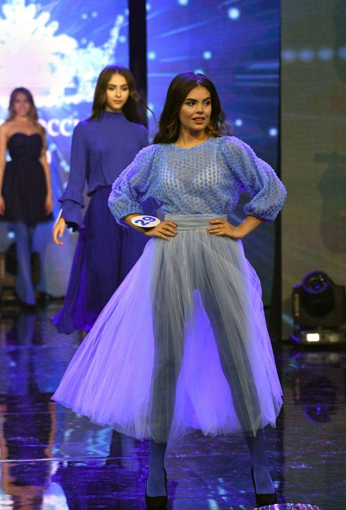 Participantes desfilam durante o concurso Beleza Russa 2019