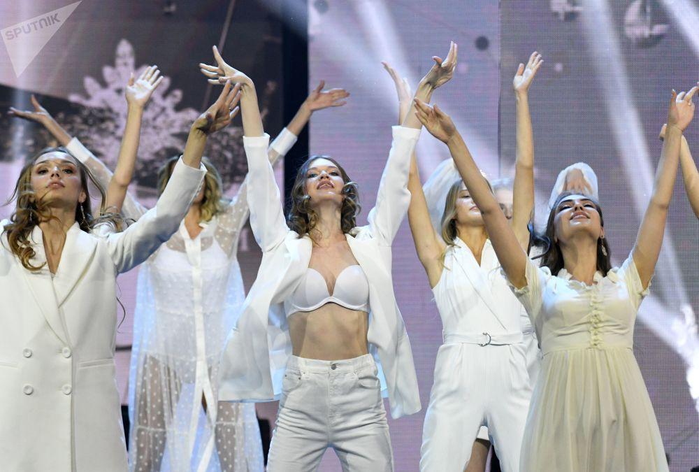 Finalistas do Beleza Russa 2019 dançam no palco durante a 25ª edição do evento