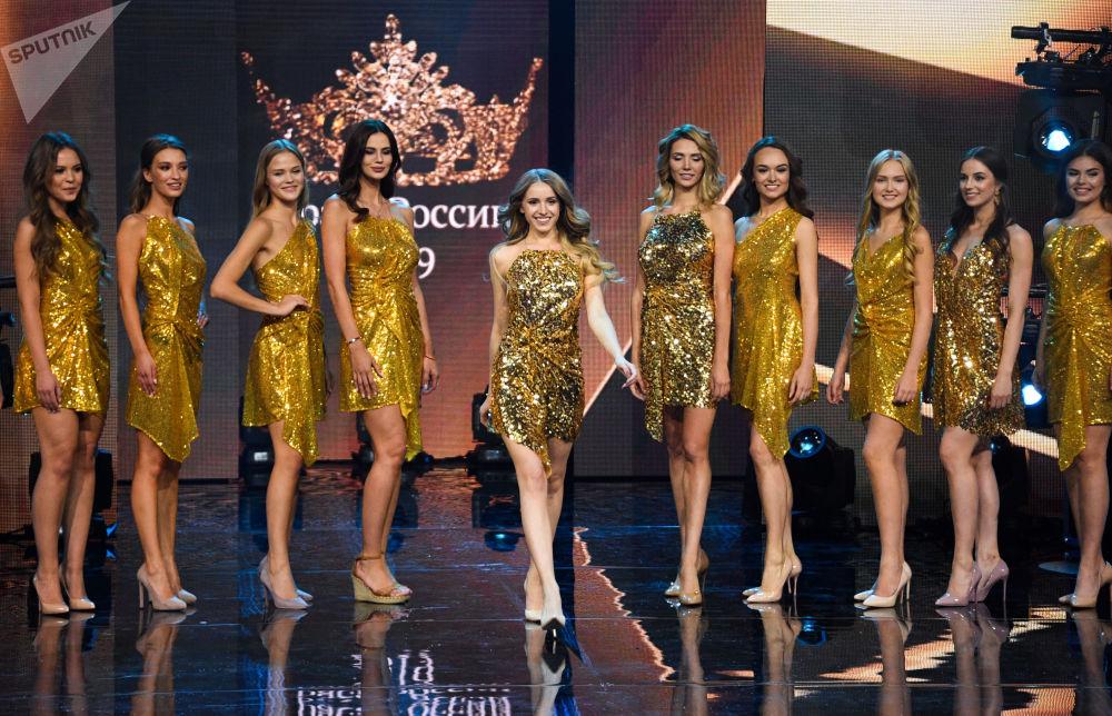 Candidatas posam durante a final do 25º concurso Beleza Russa 2019