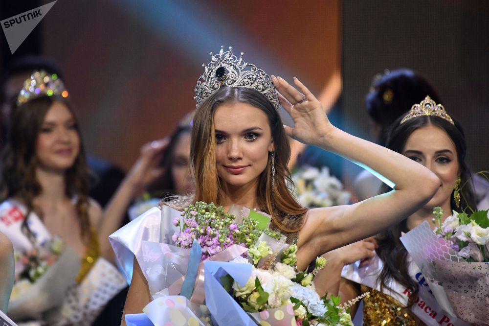 Vencedora da 25ª festa de beleza e talentos Beleza Russa 2019 Anna Baksheeva na cerimônia de premiação em Moscou