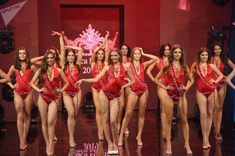 Finalistas se apresentam de maiôs durante o concurso Beleza Russa 2019