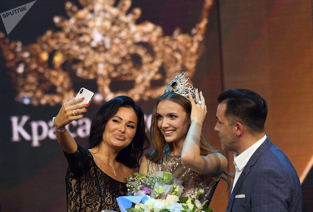 Selfie com a vencedora do concurso Anna Baksheeva após a cerimônia de premiação em Moscou