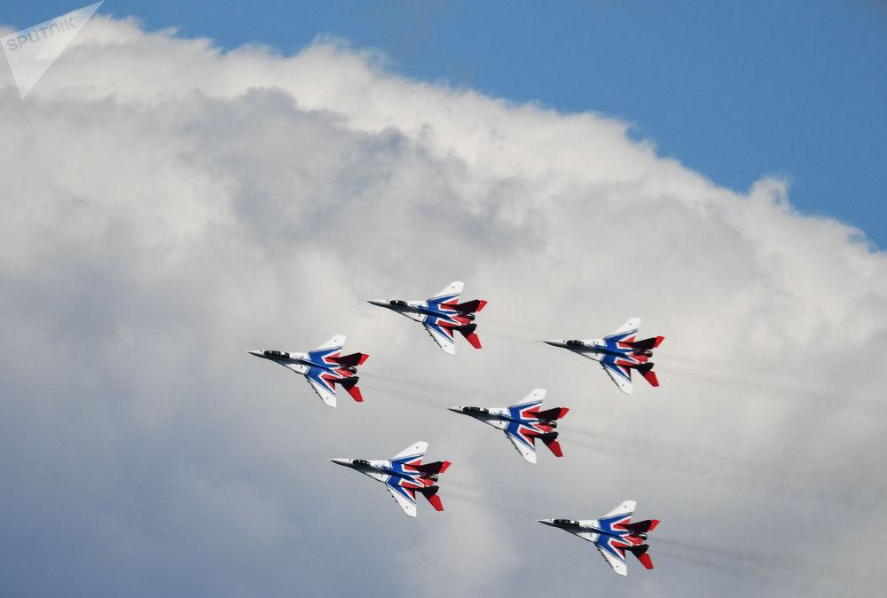 O grupo russo de acrobacia aérea Strizhi durante o fórum militar internacional EXÉRCITO 2019