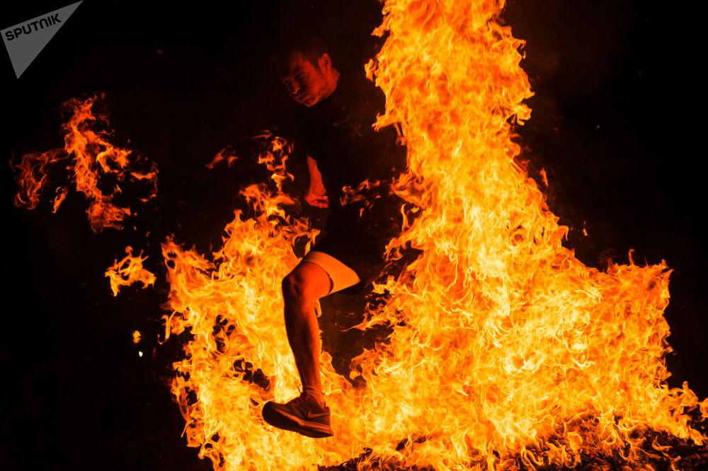 Pessoas se divertindo nas Festas de São João, na Espanha