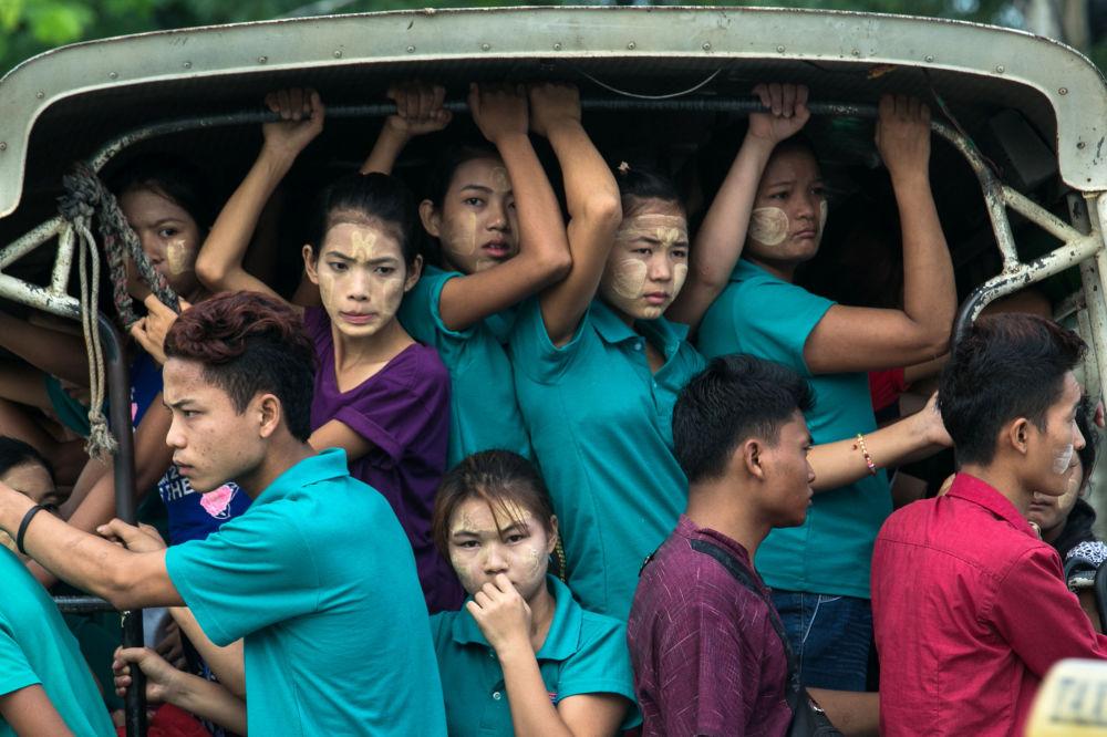 Trabalhadores fabris a caminho do trabalho, Myanmar