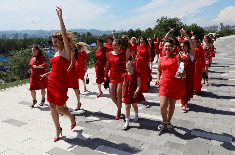 """Participantes da procissão """"Damas de Vermelho"""" dedicado ao Solstício de Verão, região russa de Krasnoyarsk"""
