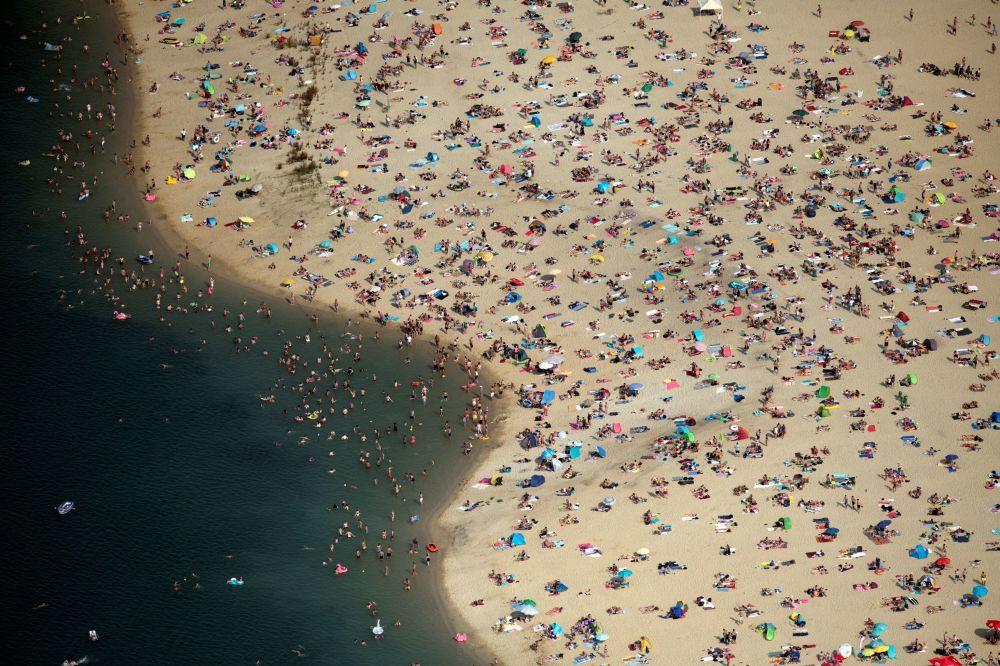 Pessoas descansam em um lago na cidade Haltern am See, Alemanha