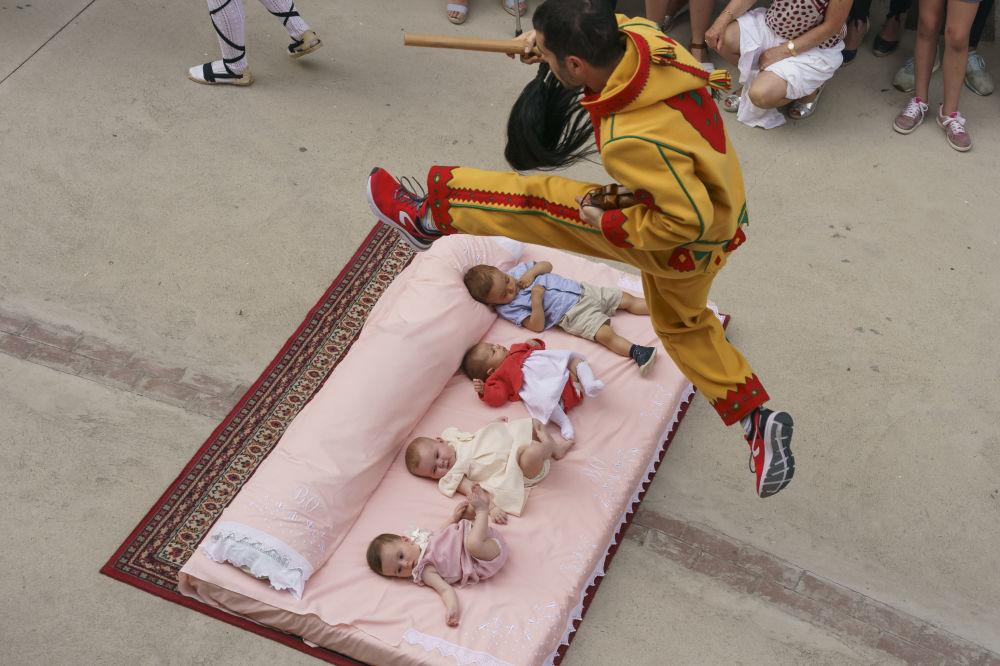 Participante da festa popular Salto del Colacho (celebração de uma semana que culmina com um homem vestido de demônio que salta sobre bebês) na aldeia de Castrillo de Murcia, Espanha