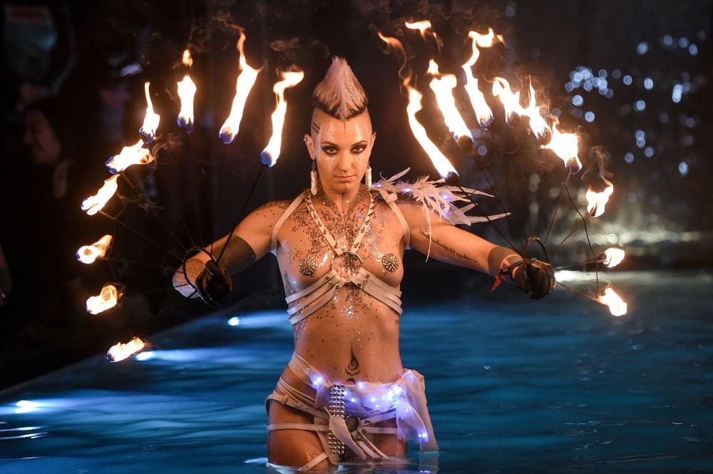 Dançarina atua durante festival de música Hellfest, França
