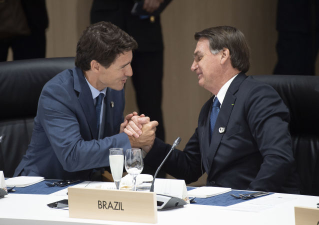 Primeiro-ministro canadense, Justin Trudeau, e o presidente brasileiro, Jair Bolsonaro, participam de uma reunião sobre economia mundial na Cúpula do G20 em Osaka, em 28 de junho de 2019