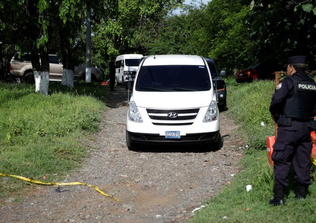La caravana con los restos de Martínez y su bebé