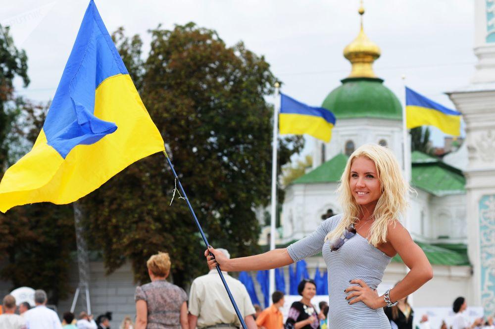 Ucraniana segurando a bandeira do país durante as comemorações do Dia da Independência da Ucrânia, em Kiev