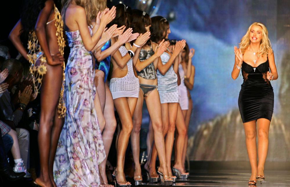 Modelos aplaudem designer italiana Valeria Marini, após desfile de moda em Milão, Itália