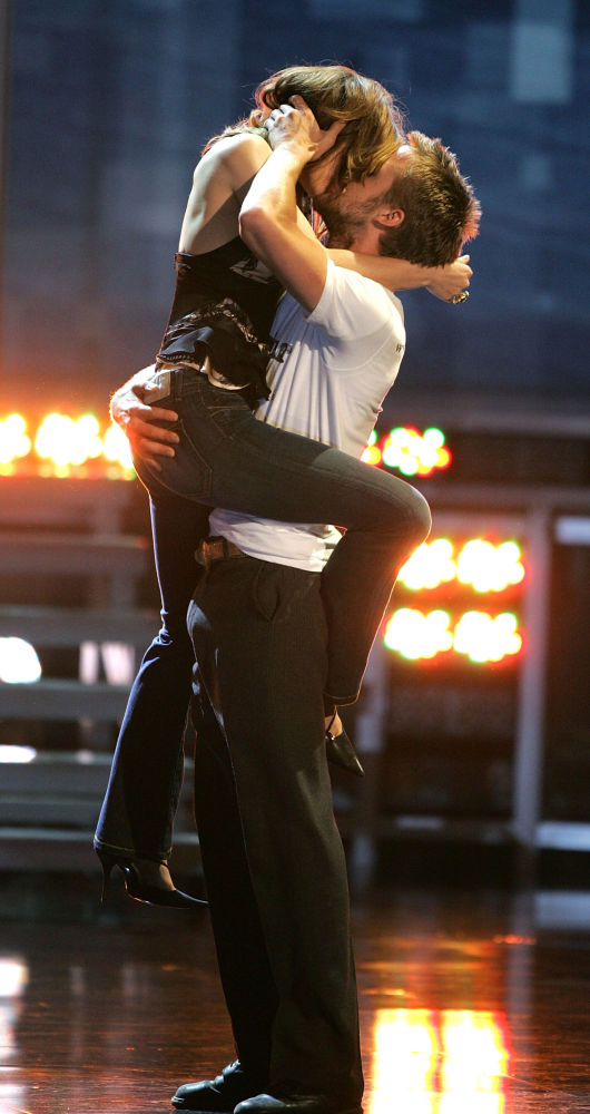 A atriz Rachel McAdams e o ator Ryan Gosling, ambos do Canadá,  recebem o prêmio de Melhor Beijo pelo filme Diário de uma Paixão