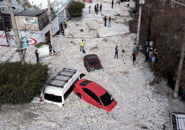 Consequências de intensa chuva de granizo em Guadalajara, México, 30 de junho de 2019