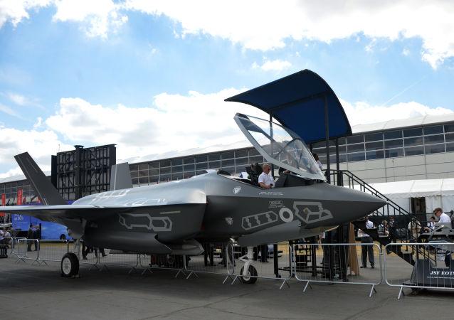 Caça F-35 Lightning II no show aéreo Farnborough-2014