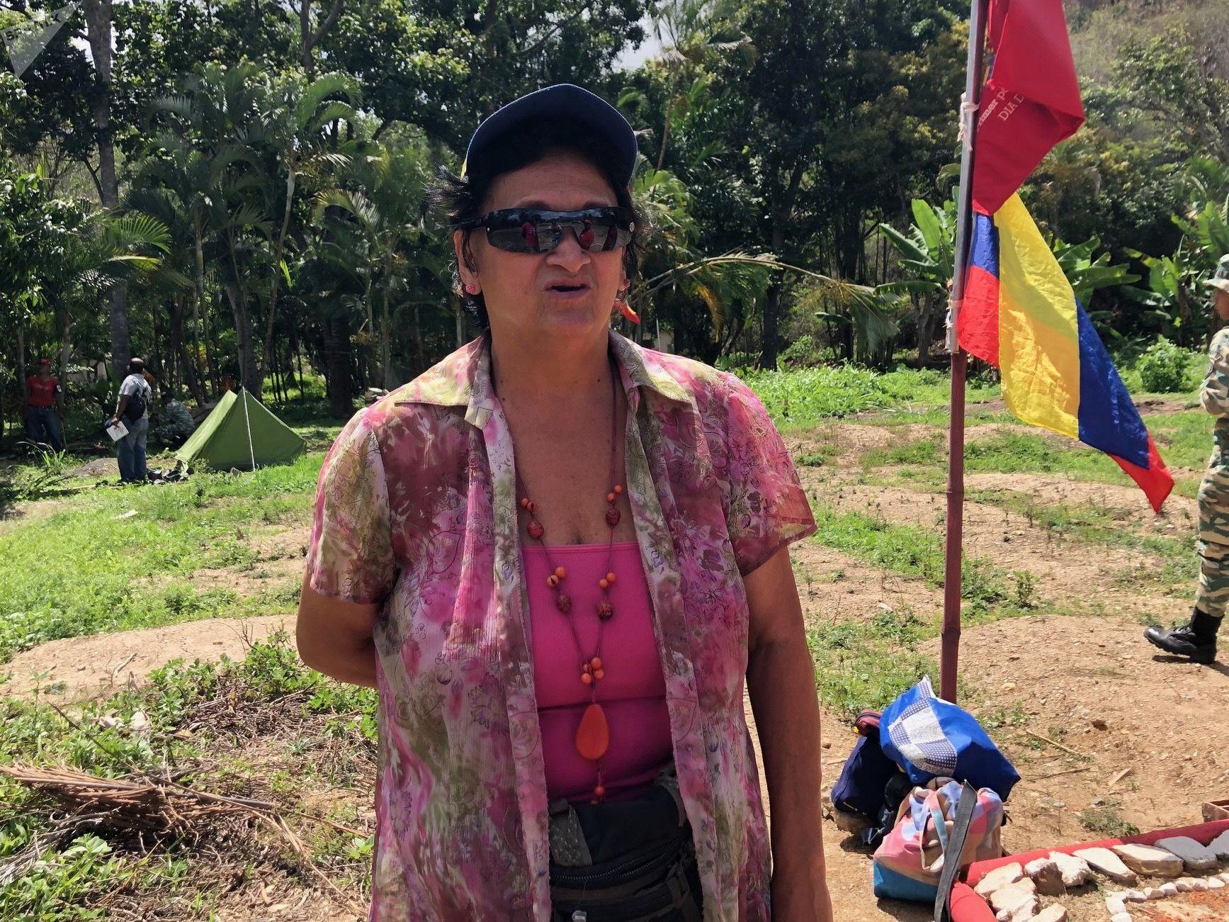 Dulce Núñez diz que, graças ao treinamento militar que recebe, consegue resistir aos efeitos de gás lacrimogêneo (apesar de ter 69 anos)