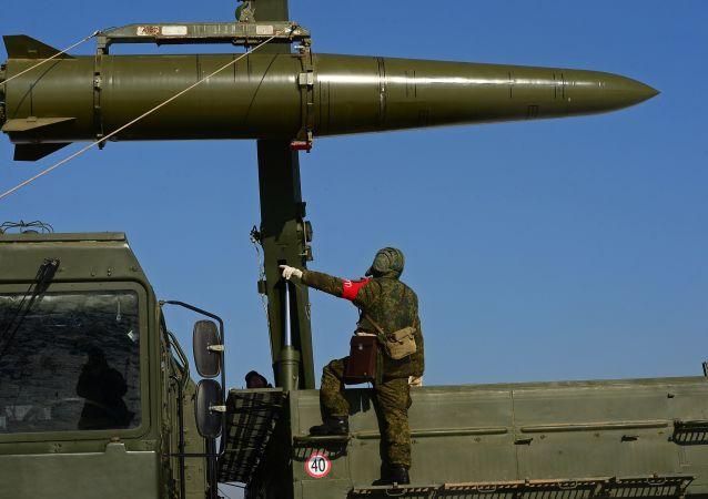 Soldado russo frente ao míssil Iskander-M de curto alcance durante um exercício envolvendo unidades de mísseis e artilharia