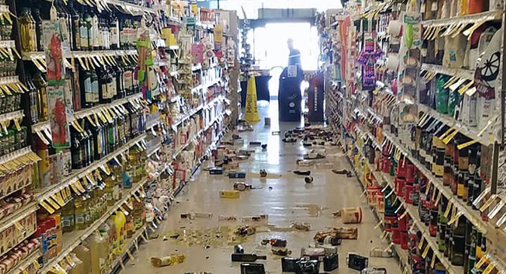 Produtos jogados no chão em decorrência de terremoto que atingiu supermercado em Lago Isabella, Califórnia