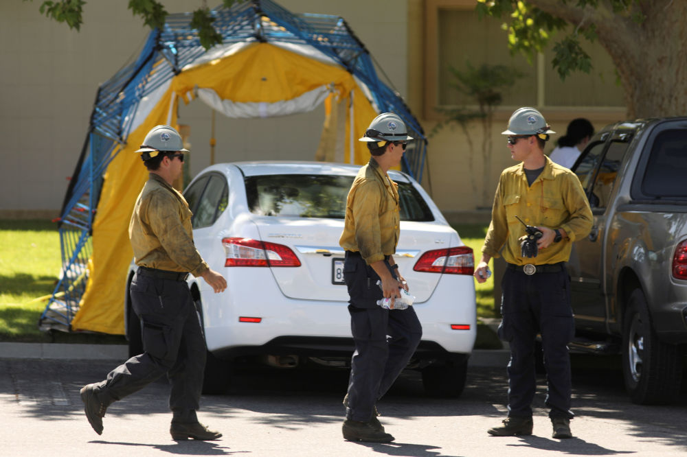 Bombeiros perto de um hospital em Ridgecrest após cidade ser atingida por terremoto, EUA