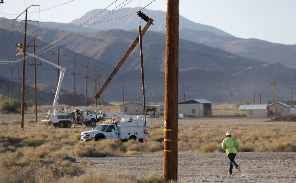 Eletricistas consertam postes danificados pelo terremoto