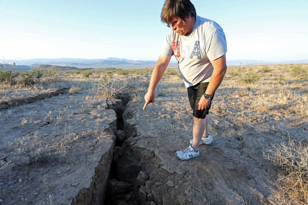 Surgem rachaduras no solo com terremoto fortíssimo