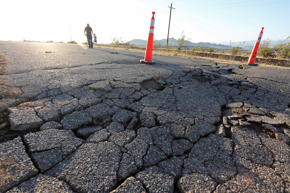 Estrada não consegue suportar abalos sísmicos e deixa à vista rachaduras