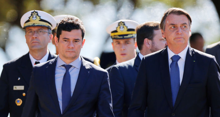 Ministro Sérgio Moro chega ao lado do presidente Jair Bolsonaro a um evento militar em Brasília