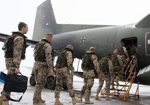 Soldados alemães entram em avião de transporte Transall C-160