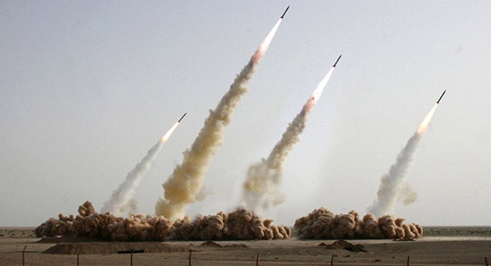 Imagem alterada digitalmente mostra lançamento de quatro mísseis em algum local não revelado no deserto iraniano (foto de arquivo)