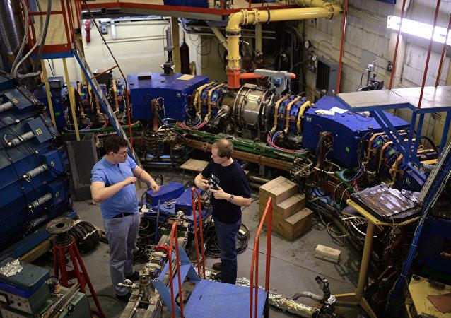 Cientistas da universidade da física nuclear