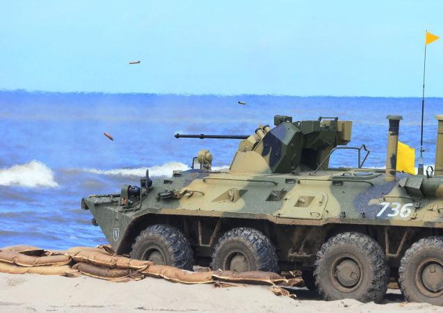 Blindado BTR-82A da infantaria naval das forças costeiras da Marinha da Rússia durante exercícios Derby Báltico-2015, na região de Kaliningrado
