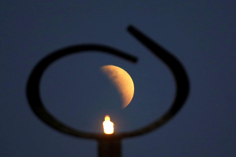 Eclipse lunar parcial é visto no Brasil