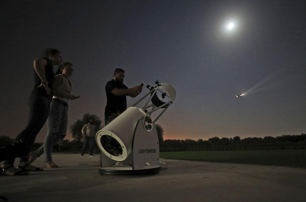 Pessoas aguardam para assistir o eclipse lunar parcial no Centro Astronômico de Dubai