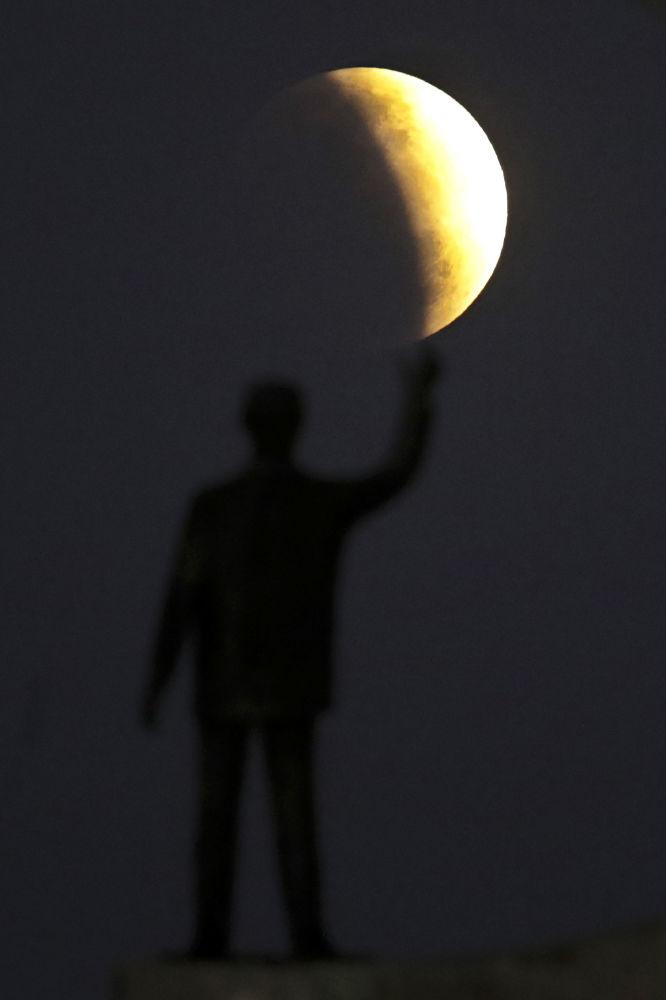 Estátua do ex-presidente brasileiro Juscelino Kubitschek, fundador de Brasília, sob o eclipse lunar parcial