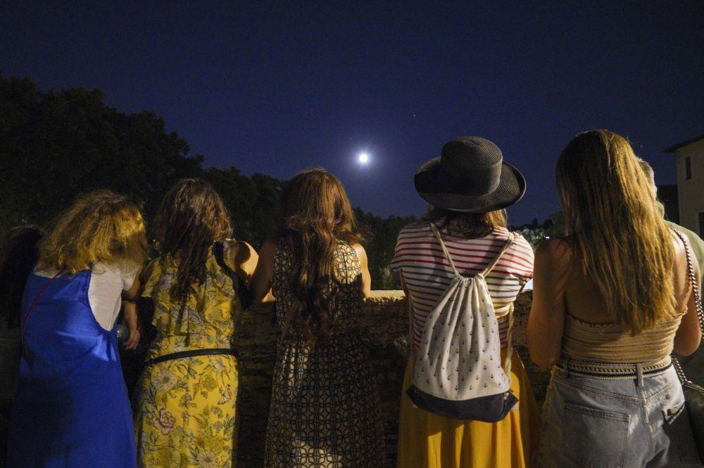 Pessoas observam o eclipse lunar parcial em Roma