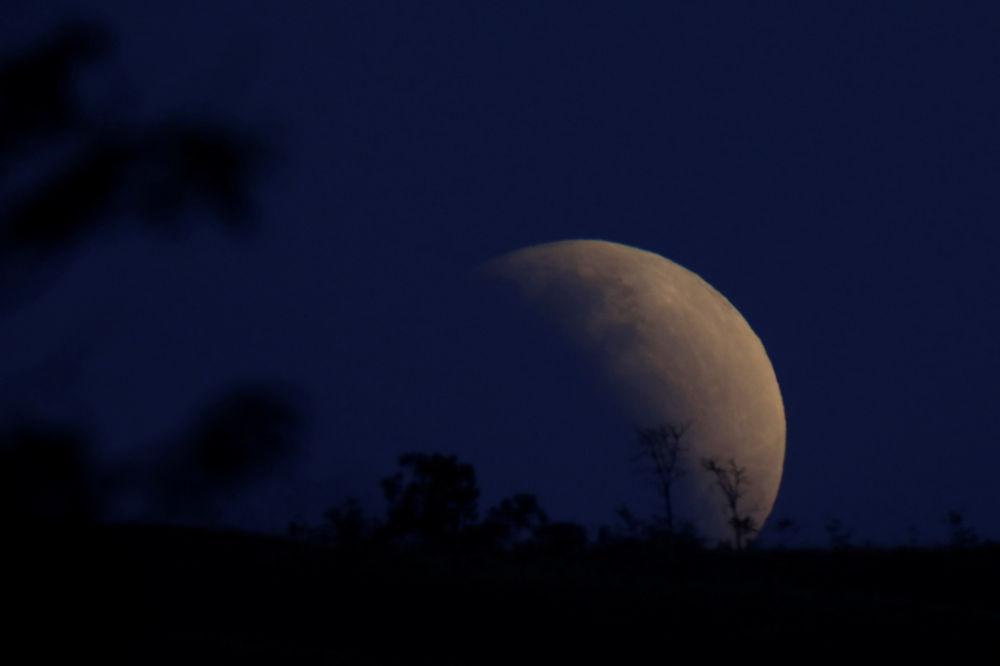 Imagem da Lua durante o eclipse lunar parcial no Brasil