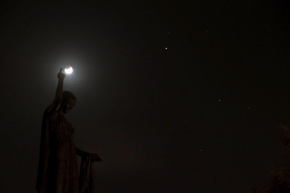 A sombra da Terra cobrindo a Lua durante o eclipse lunar parcial no Chipre