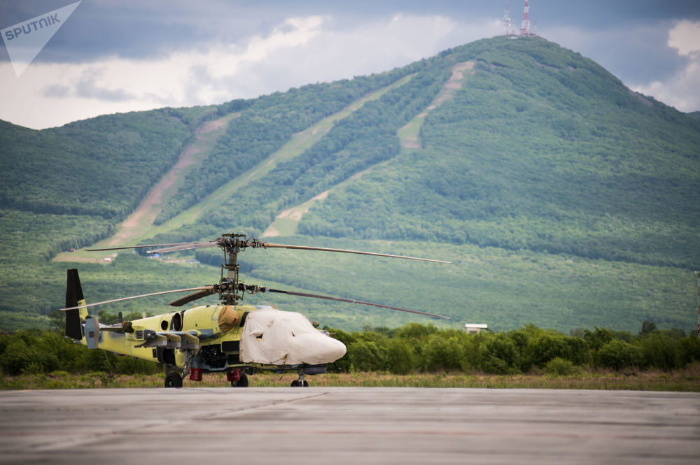 Helicóptero Ka-52 Alligator na plataforma da fábrica Progress