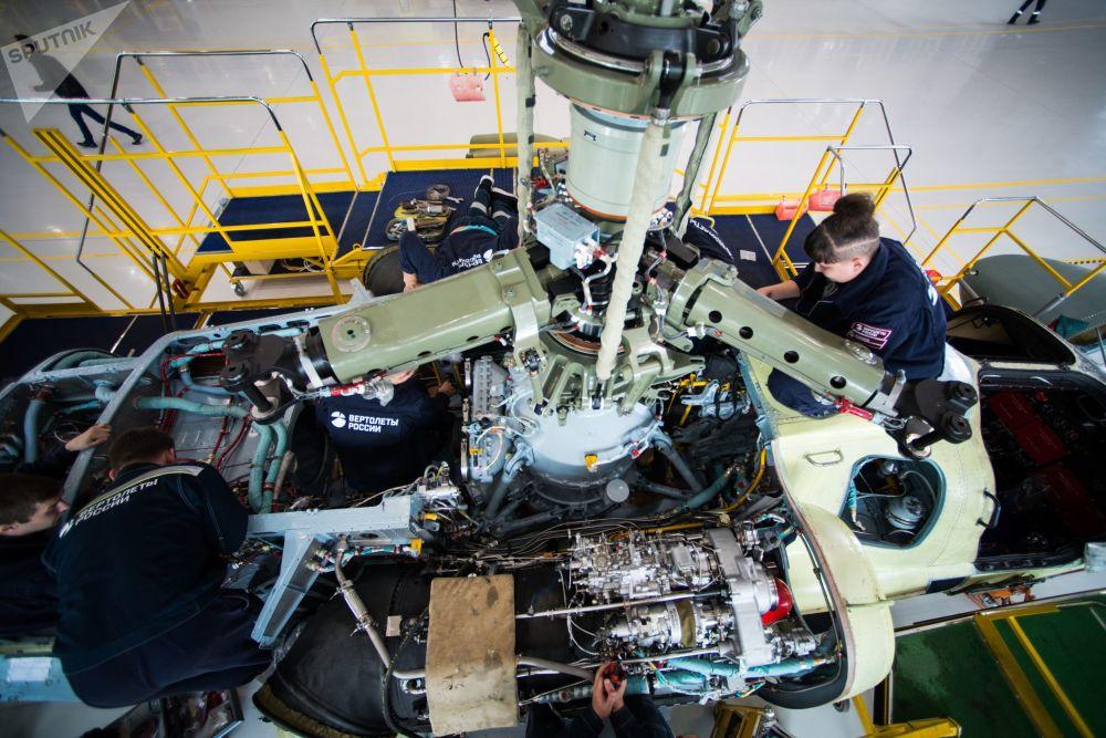 Caixa de transmissão do rotor principal e motor do helicóptero Ka-52 Alligator na fábrica Progress