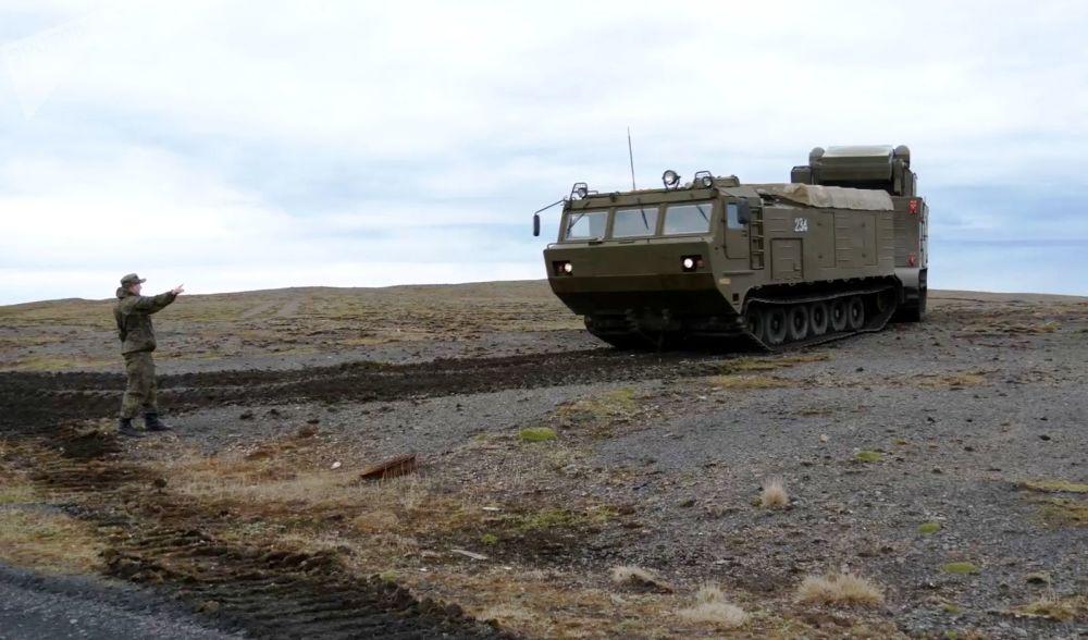 Sistema de defesa antiaérea Tor-M2DT na costa do arquipélago de Nova Zembla