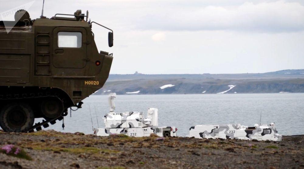 Sistemas de defesa antiaérea Tor-M2DT na costa do arquipélago de Nova Zembla