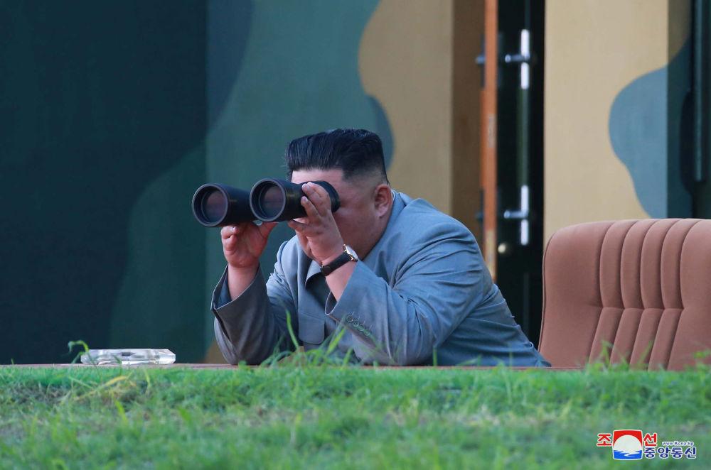 Líder norte-coreano Kim Jong-un observa através de binóculos o lançamento de mísseis balísticos