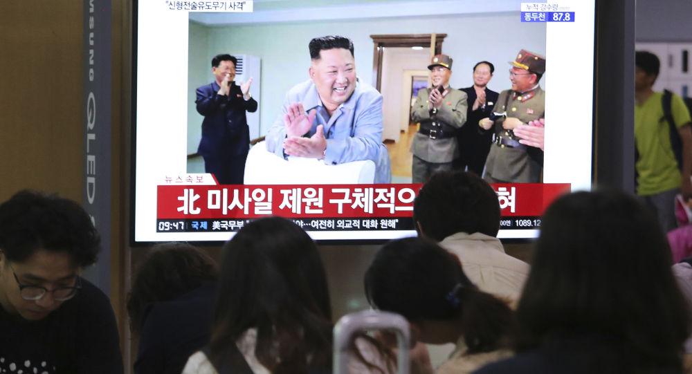 Pessoas em uma estação ferroviária de Seul vendo notícias na TV sobre o lançamento de mísseis balísticos de curto alcance na Coreia do Norte